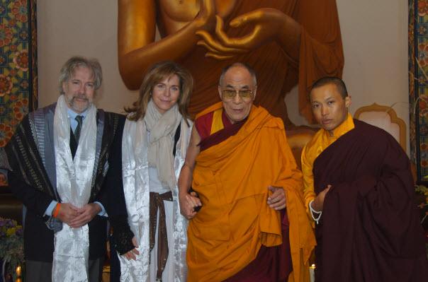 Sakyong Mipham Rinpoche recebe Sua Santidade o Dalai Lama, Rainha Noor da Jordania, e Rabino Irwin Kula na entrega do 1o. Living Peace Award, Shambhala Mountain Center, 2006 - Fotografia de James Hoagland
